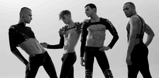 Sexy těla v klipu Love od skupiny Kazaky