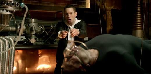 Videoklip I Need A Doctor, za kterým stojím Dr. Dre a Eminem