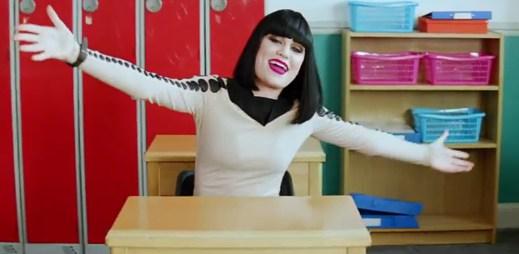 Jessie J vzpomíná na školu v novém klipu Who's Laughing Now