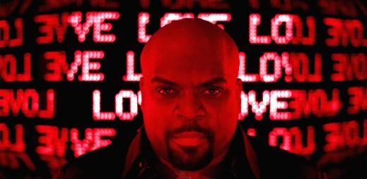 Červený Cee Lo Green v klipu Anyway, jako kdyby přišel z pekla