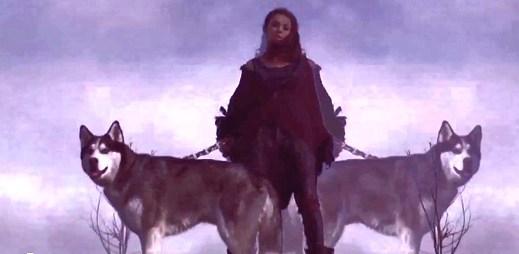 Charli XCX: rozpad života ve vizuálním klipu Nuclear Seasons