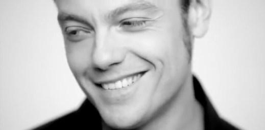 Italský gay zpěvák Tiziano Ferro se ukázal v novém klipu
