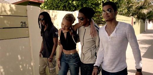 Skupina Cover Drive si užívá plážové párty v klipu Sparks