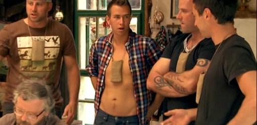 Mladý Jakub Reithmaier se nestydí, ukázal svoje břicho