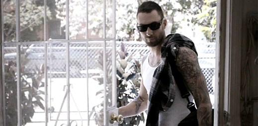 Maroon 5 zvolil tvrdý box místo lásky v klipu One More Night