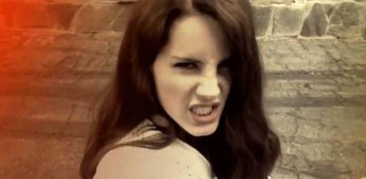Lana Del Rey spadla z útesu v klipu Summertime Sadness