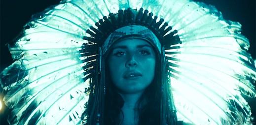 Lana Del Rey vyhledává přítomnost mužů v novém klipu Ride