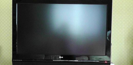 Prodává televizi a vyfotil se nahý. Fake nebo drsná realita?