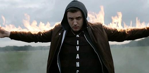Plan B a Labrinth: Drsná pouliční kriminalita v klipu Playing With Fire