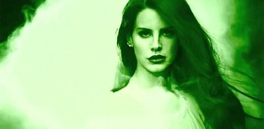 Lana Del Rey vytváří pocity mezi oblaky kouře v Bel Air