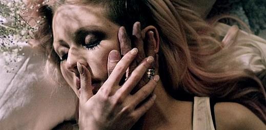 Rozrušení, beznaděj a touhy v klipu Figure 8 od Ellie Goulding