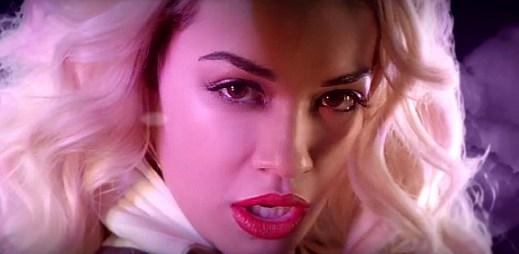 Rita Ora nasadila novou radioaktivní tvář, se kterou míří do vesmíru