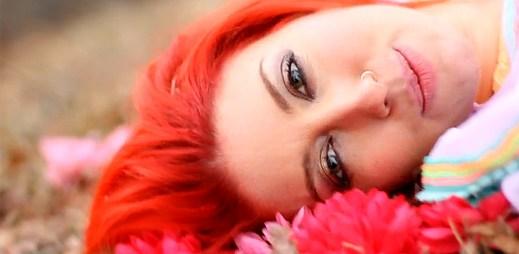 Neon Hitch vzdala poctu Amy Winehouse v klipu Pink Fields