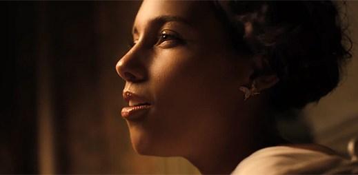 Alicia Keys jako recepční ve Fire We Make se zamiluje do hosta