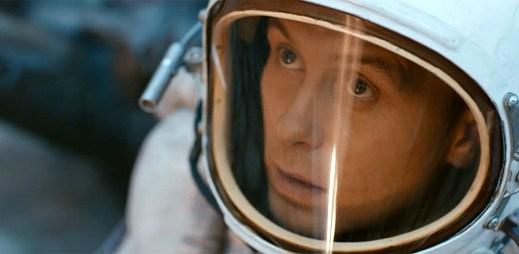 Mark Owen jako kosmonaut pozoruje dění kolem sebe ve Stars