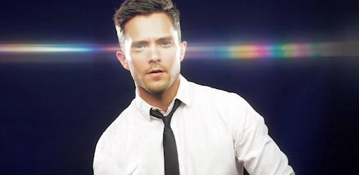 Gay zpěvák Eli Lieb natočil klip Young Love. Dal v něm pusu klukovi!