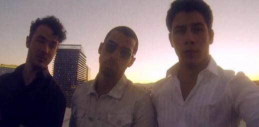 Jonas Brothers se vydali do víru kasín v klipu First Time