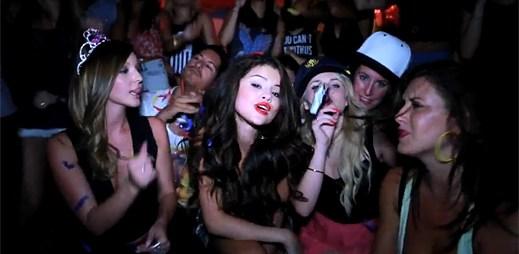Selena Gomez se může opít, kdy chce. Oslavila 21. narozeniny v klipu Birthday