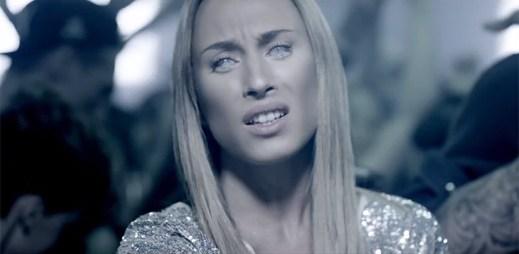 Nejprodávanější dánská zpěvačka Medina hladoví po lásce v klipu Junkie