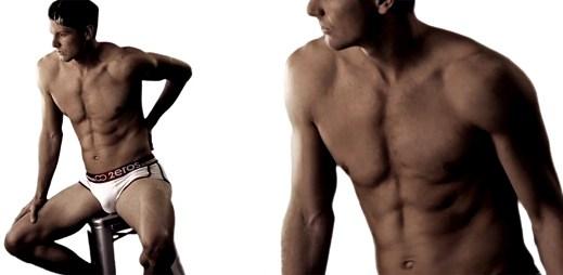 Sexy model ukazuje novou kolekci spodního prádla sám na sobě