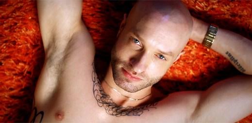 Gay rapper Cazwell bojuje v novém klipu No Selfie Control proti mobilům