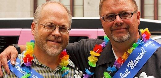 Gayové se častěji chtějí vázat, jsou vzdělaní a bez náboženské víry