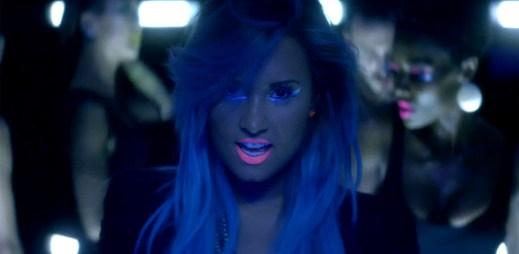 Nový klip Neon Lights, kde Demi Lovato vypadá jako Avatarka
