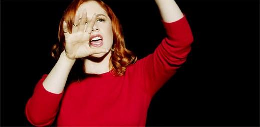 Z nového klipu Crying for No Reason zpěvačky Katy B vyzařují skutečné emoce