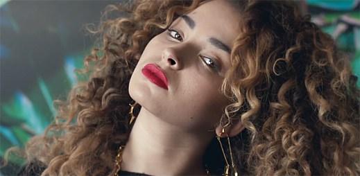 Ella Eyre natočila nejnudnější klip Love Me Like You, kde se vůbec nic neděje