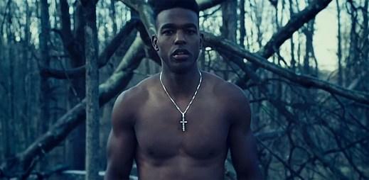 Afroameričan Luke James probouzí emoce v klipu Strawberry Vapors