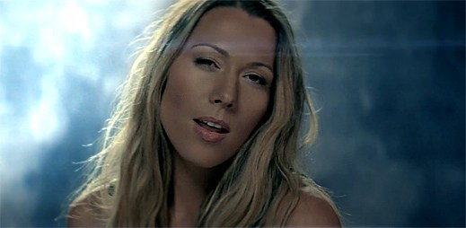 Colbie Caillat procítěně zpívá v klipu Hold On za měsíčního svitu