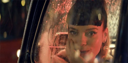 Lily Allen si v novém klipu Our Time zahrála několik rolí