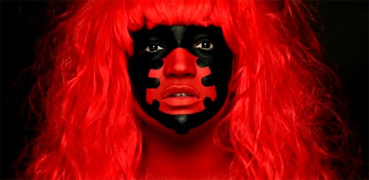 Tajemná Lucy Love natočila nový videoklip Colours