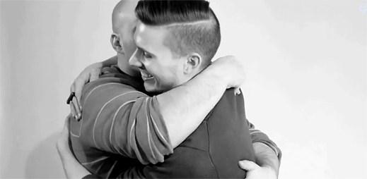 Video: První masturbace? Ne, první gay objetí!