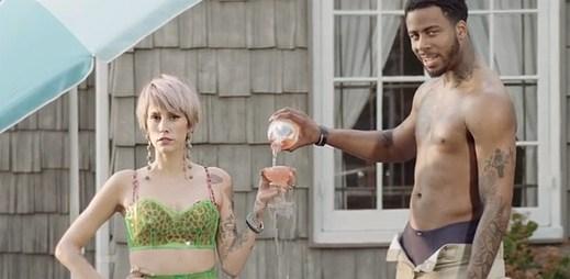 Také si někdy připadáte jako zpěvačka Dev v klipu Kiss It, kde si prochází nudným vztahem?