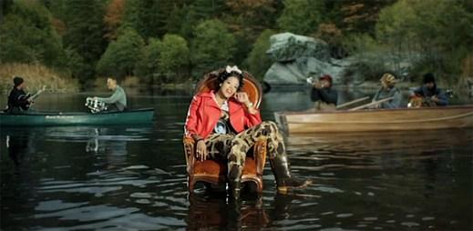 Panovačná Kelis v klipu Rumble přemítá nad ztracenou láskou