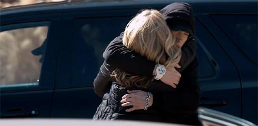 Eminem se usmiřuje s vlastní matkou po několika letech bojů v klipu HeadLights