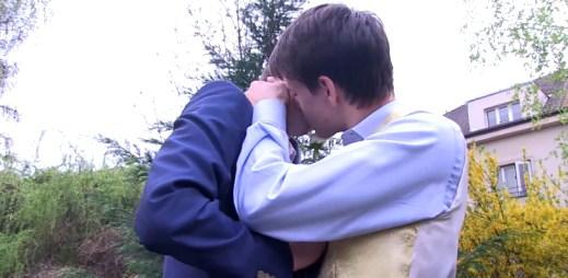 Gay líbačka v českém muzikálovém představení Carpe Diem (video)