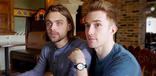 Gay video: Dva gayové se líbají v restauraci. Jak na ně zareagují okolní lidé?