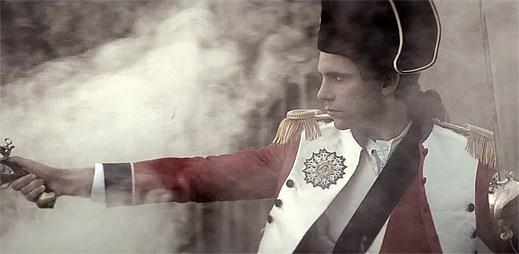 Gay zpěvák Mika cestuje v čase. Francouzský klip Boum Boum Boum přinesl zajímavé scény!