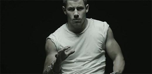 Mladý zpěvák Nick Jonas zpívá v klipu Chains o lásce, která je odsouzena k zániku