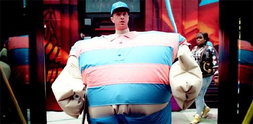 Coldplay v novém klipu True Love ukazují, jak to mají lidé s vyšší váhou těžší