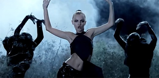 Alexandra Stan povstala z temnoty a natočila nový klip Give Me Your Everything