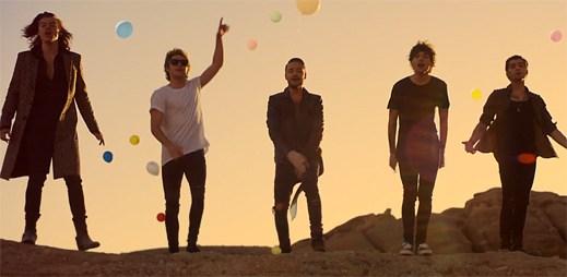 One Direction pořádají bláznivou party na poušti s Dannym DeVito ve Steal My Girl