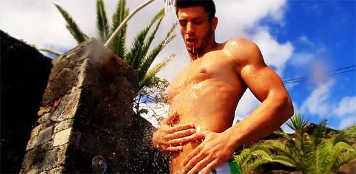 Reklama na plavky: Skvělá vyrýsovaná těla a vynikající plavky