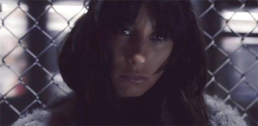 Medina prožívá bouřlivý rozchod a zármutek v klipu Når Intet Er Godt Nok