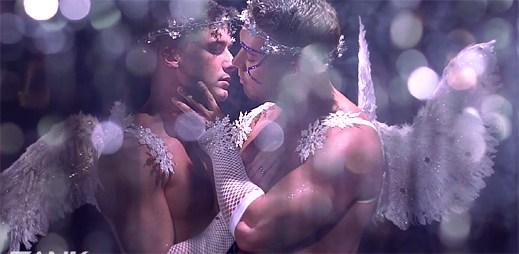 Andrew Christian: Osm známých gay pornohvězd v silvestrovském třpytivém klipu Blows