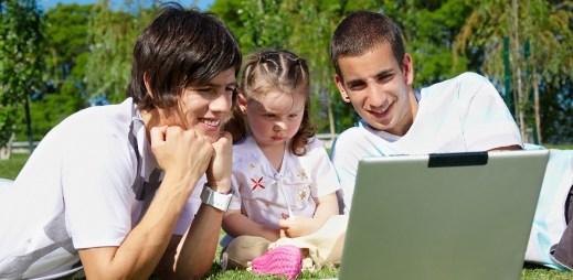 Rakousko je krok před námi: Gayové mohou adoptovat děti