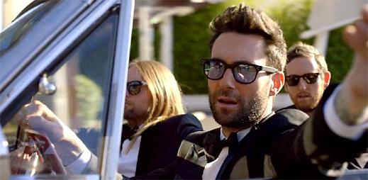 Maroon 5 překvapuje několik novomanželů svým vystoupením v klipu Sugar