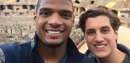 Hvězda amerického fotbalu Michael Sam požádal svého přítele o ruku